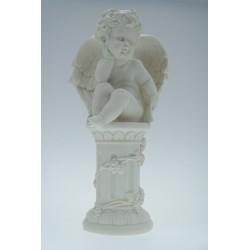 Engel zittend op zuil